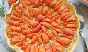 Tarte aux abricots sur lit de pommes râpées