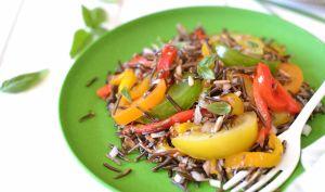 Salade de riz sauvage aux poivrons rôtis et tomates anciennes
