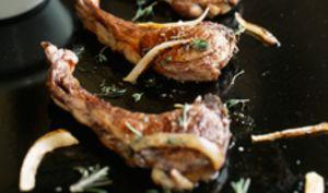Côtelettes d'agneau à la plancha, aux oignons
