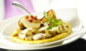 Tarte fine aux cèpes et artichauts, mozzarella et lard croustillant