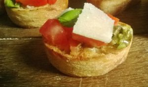 Mini Bruschetta aux tomates, basilic, parmesan et à l'ail confit