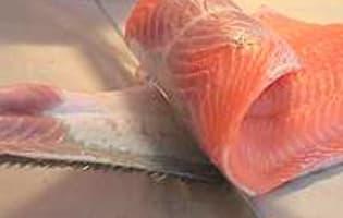 Oter la peau et dégraisser un filet de saumon - Etape 5