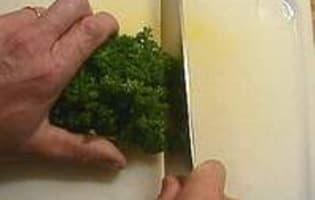 Hacher le persil au couteau - Etape 2