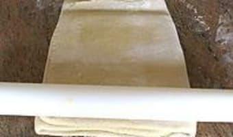 Croissants et pains au chocolat - Le tourage en portefeuille - Etape 8