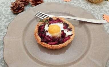 Tartelettes sablés sésame-romarin au confit d'oignon rouge et bacon comme un œuf cocotte