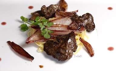 Foies de volaille et échalotes confites au vinaigre de framboise