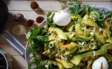 Salade d'hiver, mâche, avocats, oeufs pochés et noix