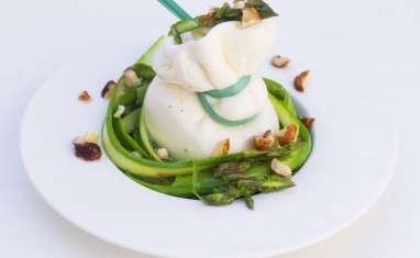 Burrata et tartare d'asperges vertes aux noisettes