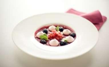Gelée de framboises et sa ganache à la fraise, tartare de fraise épicée et éclat de meringue