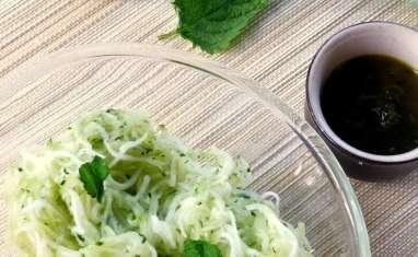 Salade de courgettes râpées, huile de pistache et mélisse