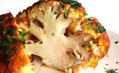 Chou-fleur entier rôti au beurre à l'ail et aux épices