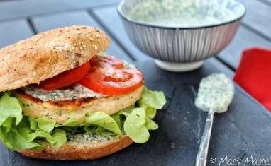 Burger au saumon, à la courgette et houmous vert