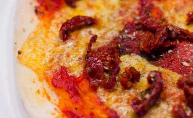 Pizza aux tomates séchées et au cheddar