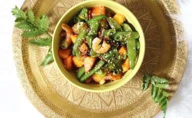 Wok crevettes, pois gourmands, ciboule et kaki