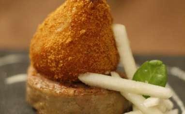 Poire rôtie en robe de pain d'épices, andouillette et sauce camembert