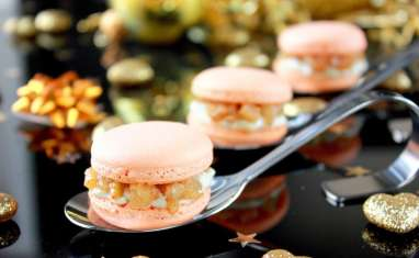 Macarons au curcuma, ganache roquefort et poires