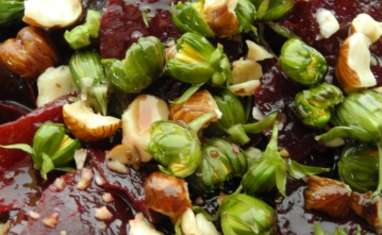 Salade betteraves et jeunes feuilles aux boutons de pissenlits
