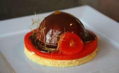 Bavarois framboise, gelée de poivron confit et glaçage choco-piment