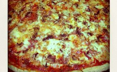 Pizza au jambon cru et au Cantal