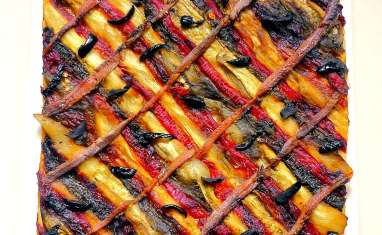 Pizza catalane aux poivrons, aubergines, anchois et olives noires