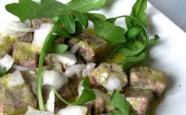 Salade bœuf en gélée, oignons frais et roquette
