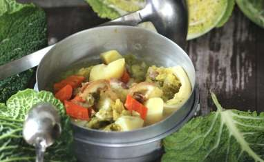 Soupe au chou au lard et aux deux pommes