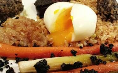 Oeuf mollet au boudin noir et légumes d'hiver glacés