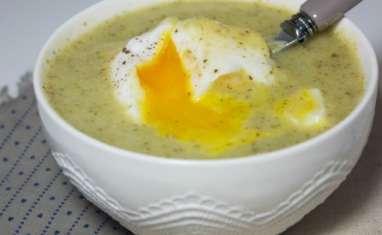 Soupe d'épinards, brocolis et oeuf poché