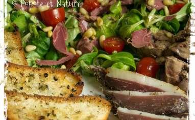 Salade périgourdine au magret séché et au foie gras maison