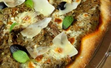 Pizza au caviar d'aubergine, olive noire, anchois, parmesan