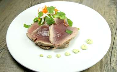 Thon mi-cuit, mayonnaise à la coriandre et salade aigre-douce