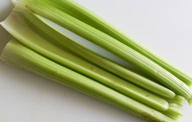 Verts de céleri à l'étouffée