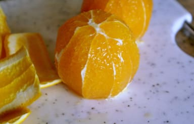 Peler une orange à vif