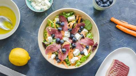 Salade au magret de canard séché, carottes, feta et myrtilles
