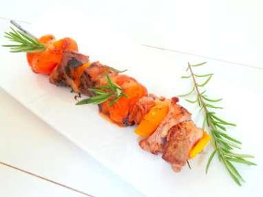 Brochettes de filet mignon de porc aux abricots, miel et emmental