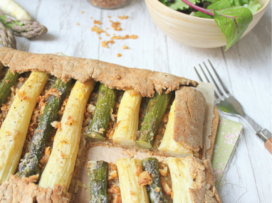 Tarte rustique aux asperges, pâte à l'huile d'olive, oignons caramélisés et parmesan