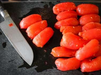 Épépiner et concasser une tomate (vidéo)