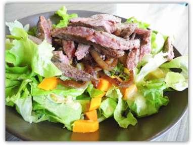 Salade tiède au boeuf et aux oignons caramélisés