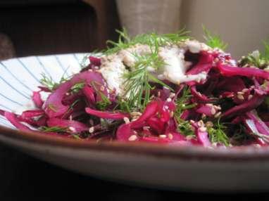 Salade de chou rouge, herbes fraîches et tahini