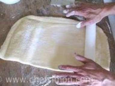 Croissants et pains au chocolat - Le tourage en portefeuille - Etape 5