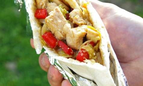 Kebab de poulet au miel, pak choï et sésame