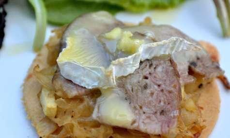 Tarte fine d'andouille de Vire et camembert, marmelade d'oignon