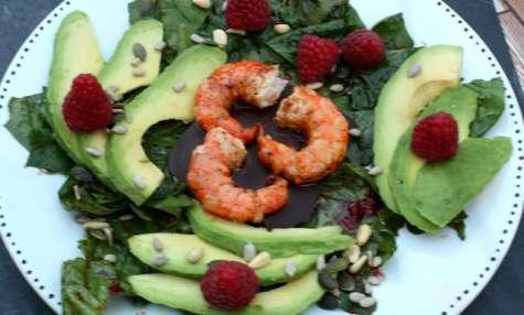 Salade épinard, avocat, framboises et crevettes sur chocolat