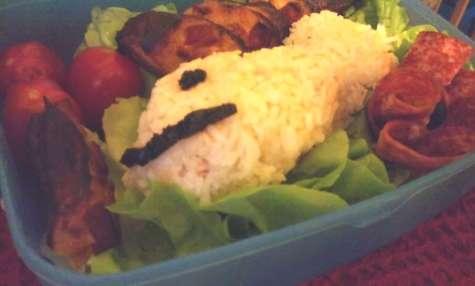 Bento au riz, thon,tomates, quiche lorraine, tomates cerises, rosette, jésus, salami