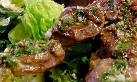 Brochettes de foie de volaille aux champignons cuites au barbecue