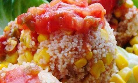 Taboulé aux tomates, poivrons, maïs, abricots secs, raisins secs, oignons verts
