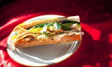 Sandwich banh mi, baguette, poulet, pickle, coriandre