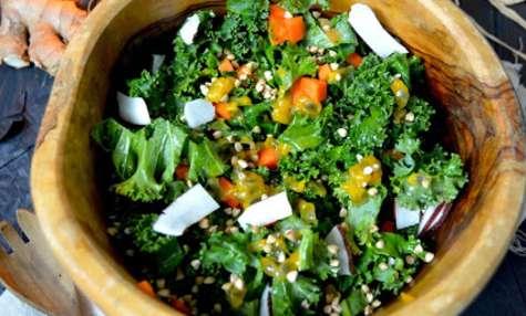 Salade crue d'hiver au chou kale, carotte, fruit de la passion et orange