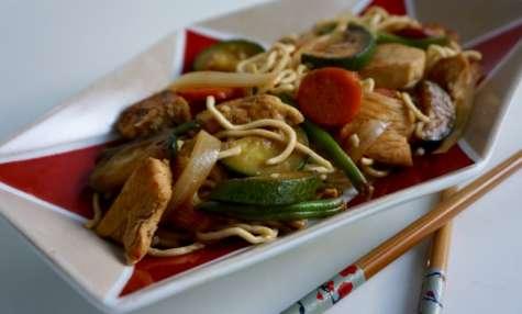 Nouilles au poulet et légumes sautés au wok