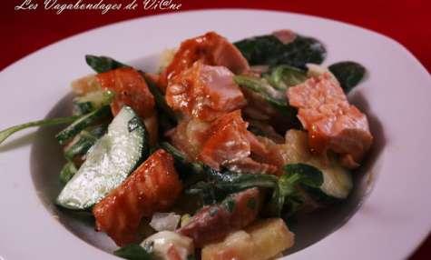Salade de mâche, pommes de terre, concombre et saumon glacé au miel
